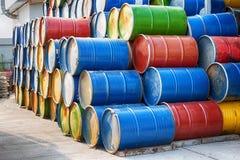 被堆积的五颜六色的老工业金属桶 库存图片