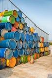 被堆积的五颜六色的老工业金属桶 图库摄影