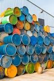 被堆积的五颜六色的老工业金属桶 免版税库存照片