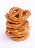 被堆积的八个椒盐脆饼 免版税库存图片