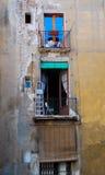 被堆积的公寓阳台窗口在巴塞罗那西班牙 库存图片