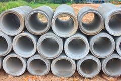 被堆积的具体排水设备管子 免版税库存照片