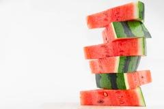 被堆积的切片新鲜的红色西瓜 图库摄影