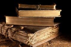 被堆积的古色古香的书 免版税库存照片