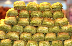 被堆积的土耳其甜果仁蜜酥饼   免版税库存图片