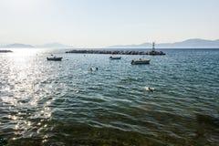 被堆积的堆在人为礁石的石头作为船的保护 免版税图库摄影