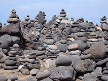 被堆积的小卵石大塔在一个海滩的与蓝天 库存图片