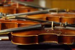 被堆积的小提琴背景 免版税库存照片
