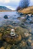 被堆积的岩石在河 免版税库存照片