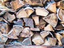 被堆积的日志纹理,自然本底 木材的横断面,背景的木柴堆 免版税库存图片
