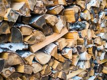被堆积的日志纹理,自然本底 木材的横断面,背景的木柴堆 免版税图库摄影