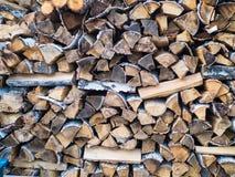 被堆积的日志纹理,自然本底 木材的横断面,背景的木柴堆 免版税库存照片