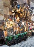 被堆积的有启发性铜灯笼,可汗El Khalili义卖市场,开罗,埃及 库存照片