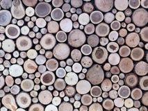 被堆积的木日志墙壁作为背景的 免版税库存照片