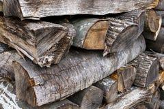 被堆积的木日志,十字形样式方法 免版税库存照片