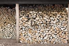 被堆积的木柴在木头棚子 免版税库存图片