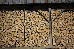 被堆积的木头在棚子 库存照片