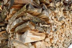 被堆积的木柴在围场 免版税库存照片