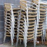 被堆积的椅子 免版税库存图片