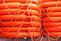 被堆积的橙色抢救圆的浮体,海海军陆战队员救护设备 免版税库存照片