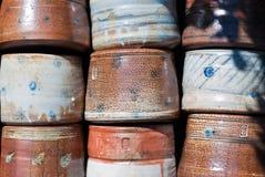 被堆积的泥罐 免版税库存照片