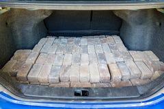 被堆积的灰色砖在汽车的后车箱装载了 免版税库存照片