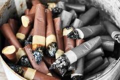 被堆积的烟头,对健康,尼古丁的害处 免版税库存照片