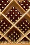 被堆积的瓶葡萄酒 库存图片