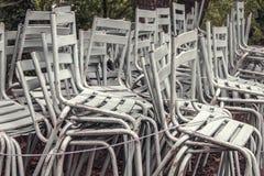 被堆积的白色椅子户外 免版税图库摄影