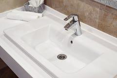 被堆积的白色温泉毛巾在现代卫生间里 库存图片