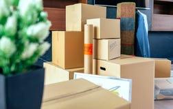 被堆积的移动的箱子和植物 库存图片