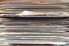 被堆积的纸板材料纹理背景 免版税库存图片