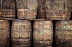 被堆积的老威士忌酒桶 免版税库存图片