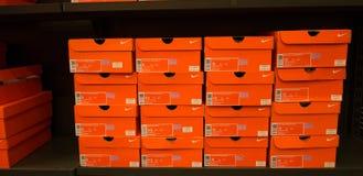 被堆积的耐克鞋盒背景  免版税库存图片