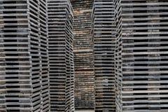 被堆积的腐朽的堆木板条 免版税库存照片