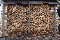 被堆积的花旗松木柴 免版税库存图片