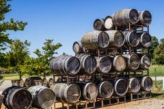 被堆积的葡萄酒桶显示在酿酒厂的 免版税图库摄影