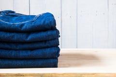 被堆积的蓝色牛仔裤 库存图片