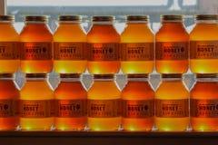 被堆积的蜂蜜瓶子 图库摄影