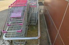 被堆积的超级市场台车看法在沥青地板上的在存贮 库存图片