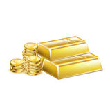被堆积的金黄酒吧和金黄硬币 免版税图库摄影