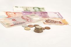 被堆积的钞票硬币 免版税库存照片
