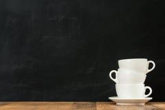 被堆积的陶瓷干净的拿铁咖啡杯 免版税库存图片