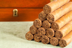 被堆积的雪茄和雪茄盒 免版税库存图片