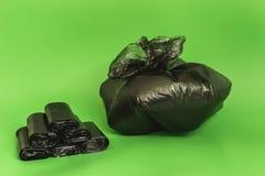 被堆积的黑袋子和请求的垃圾 去掉垃圾 免版税库存图片