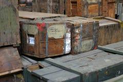 被堆积的7个陆军配件箱 库存照片
