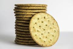 被堆积的Multigrain健康薄脆饼干 库存照片