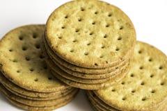 被堆积的Multigrain健康薄脆饼干 库存图片