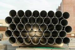 被堆积的PVC管子的样式 免版税库存图片