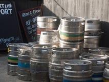 被堆积钢啤酒罐小桶外部关闭支持客栈 免版税图库摄影